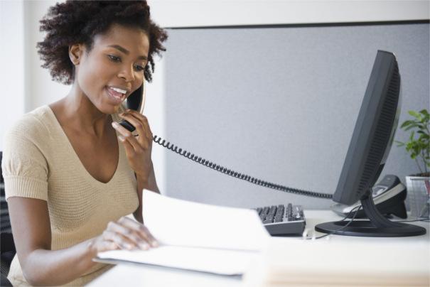 Parler anglais, même au téléphone, avec une bonne base et de la pratique des mises en situations.